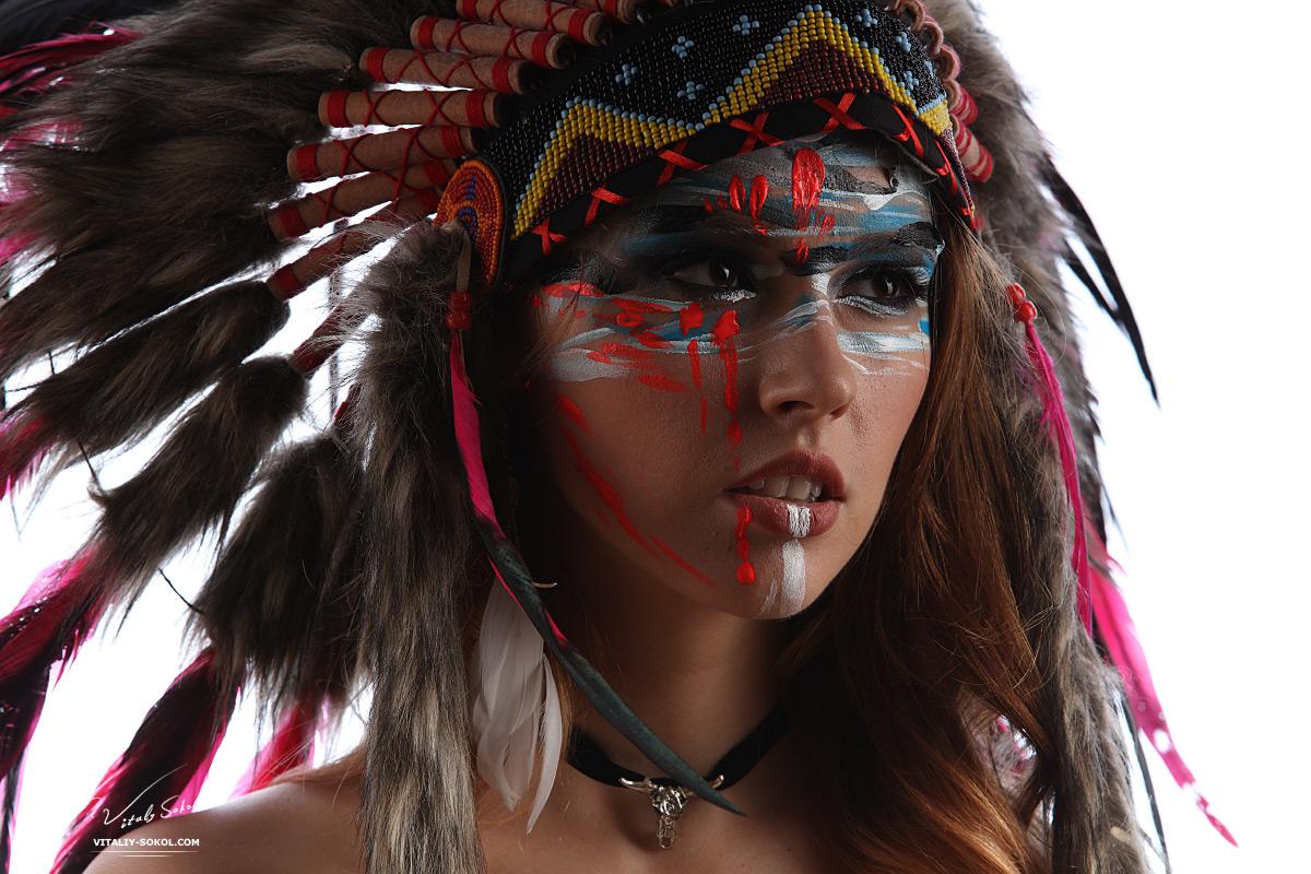 Портрет девушки в индейском головном уборе