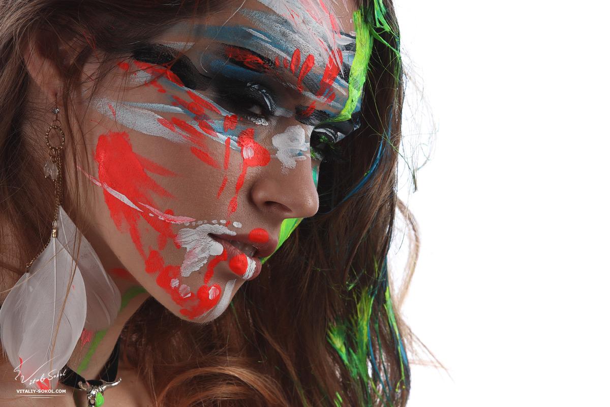 Портрет девушки крупным планом в яркой краске