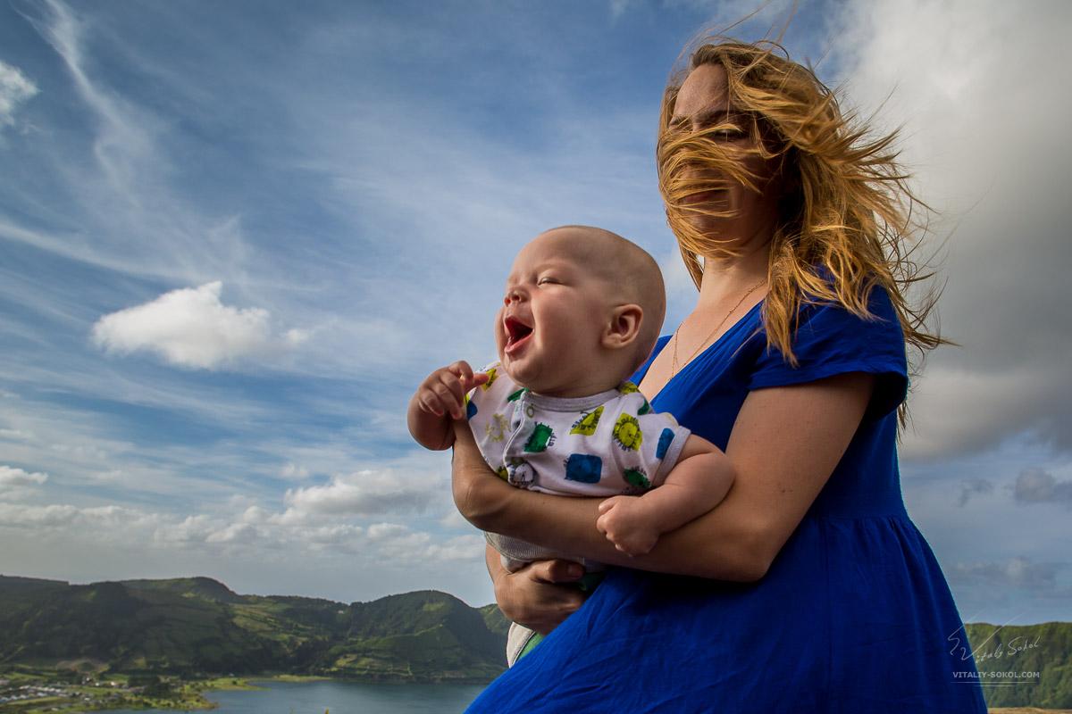 Малыш и мама на фоне красивых облаков на Азорских островах