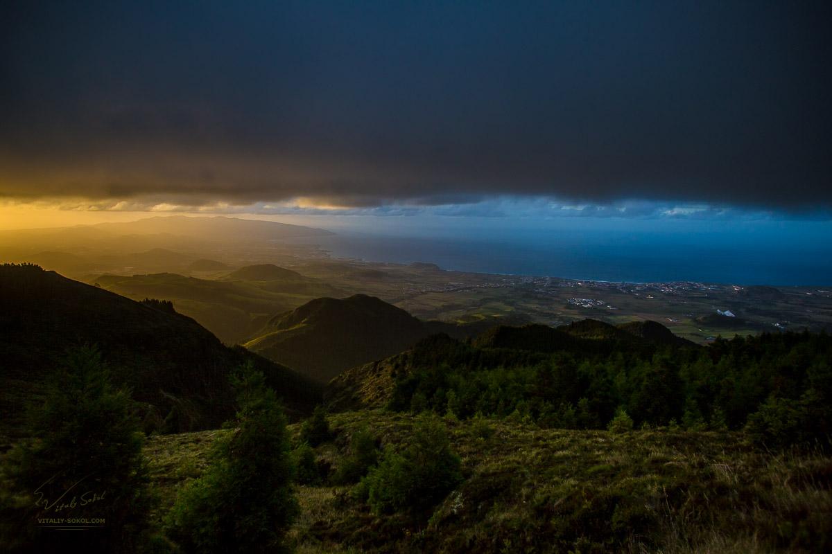 Остров Сан Мигель, Азоры, закатная панорама острова с высоты