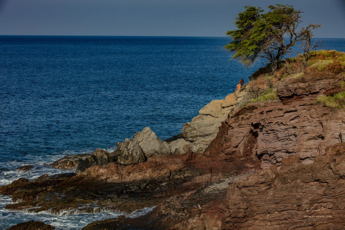 Обнажённая индейская девушка на скалах возле океана
