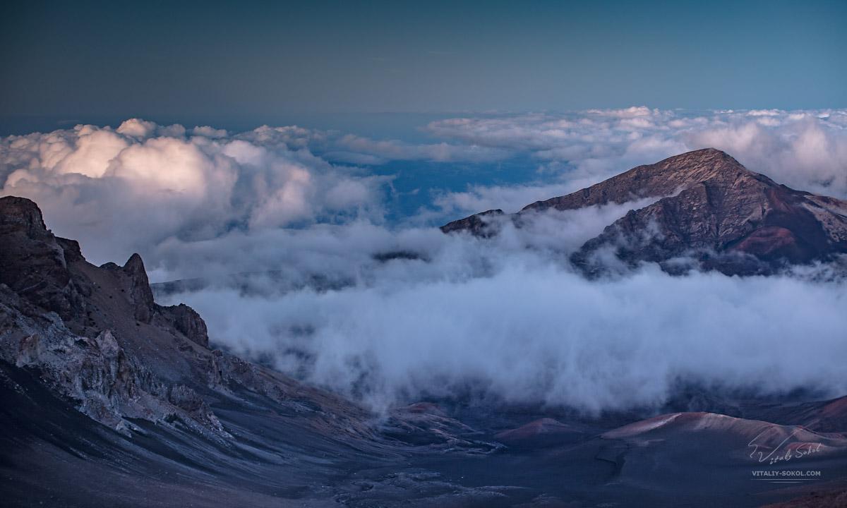 Гавайи, остров Мауи, закат на высоте 10000 футов в горах над облаками