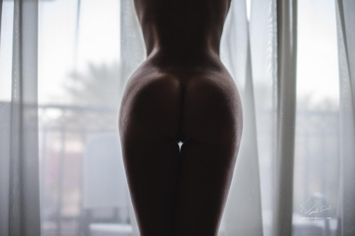 Обнажённая модель у окна
