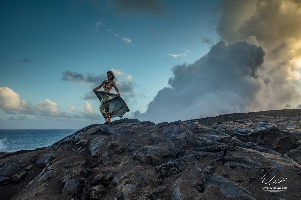 Топлесс девушка на вулкане