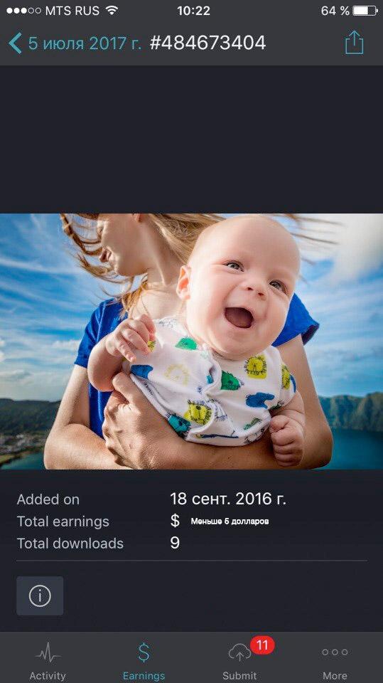 Smiling baby. улыбающийся малыш на руках у матери