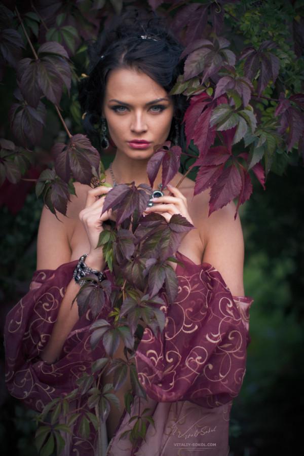 девушка в красных осенних листьях