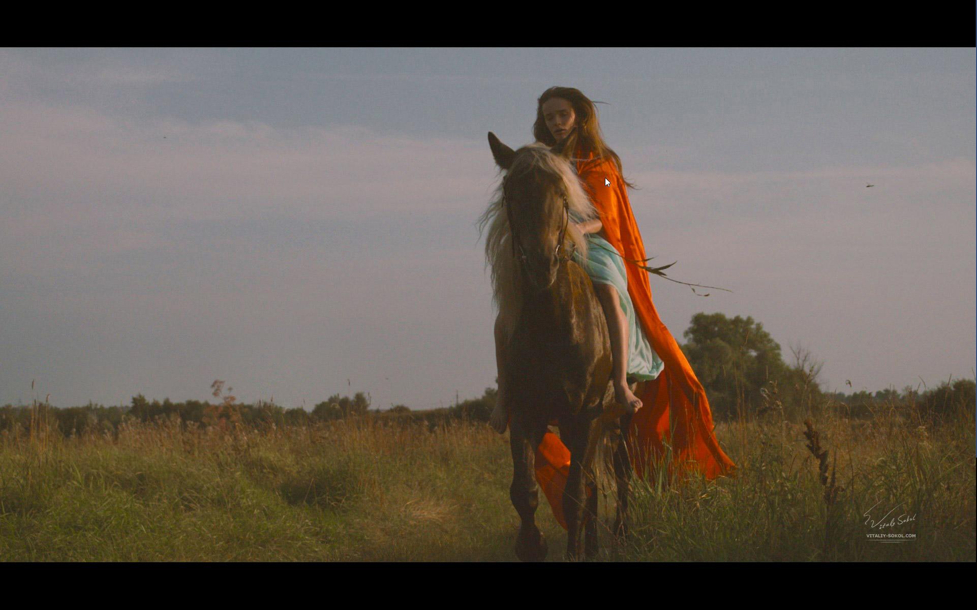 девушка на лошади в красном плаще