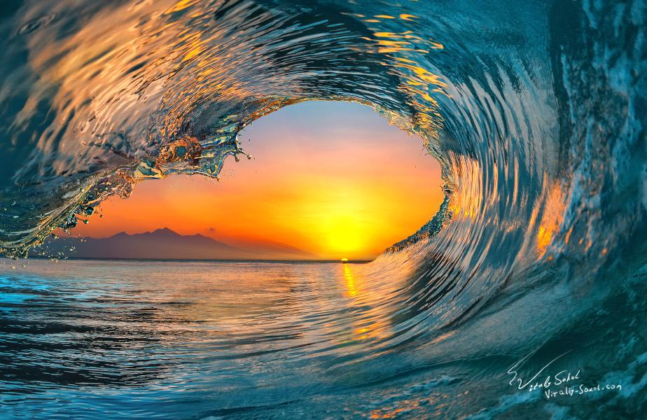 Океанская волна на закате