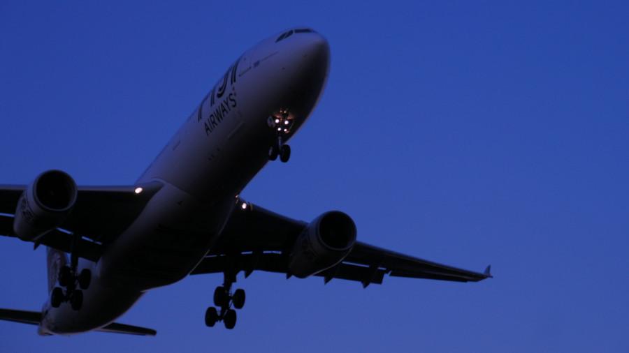 Самолёт заходит на посадку ранним утром