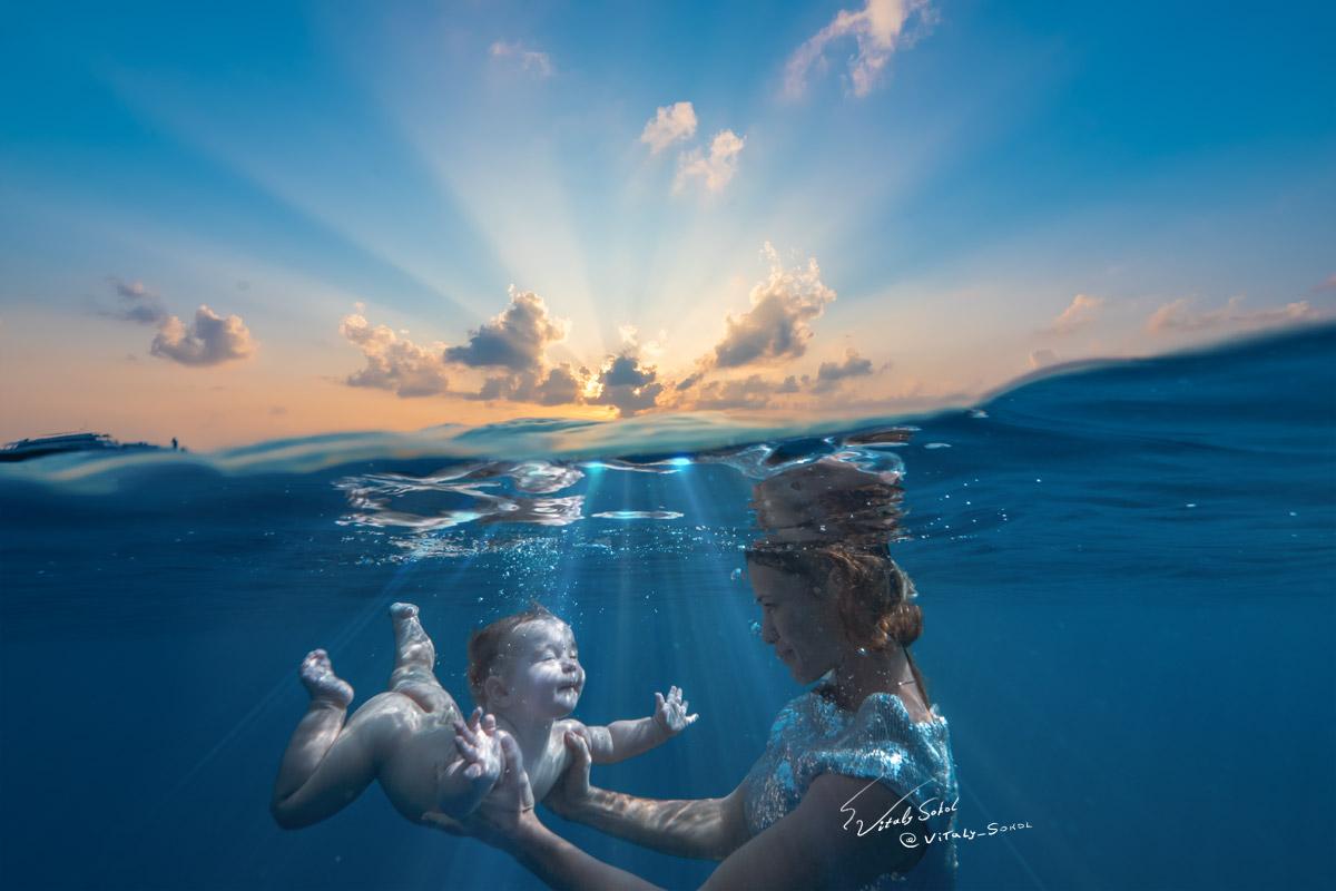 Infant diving underwater / фото младенца под водой