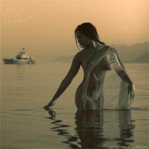 Обнажённая, красивая, спокойная девушка в море