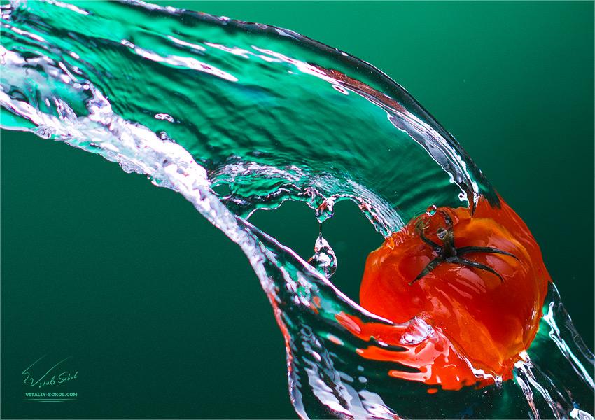 Стоковая фотография. Томаты и вода. Aqua and tomatoes - stock photo