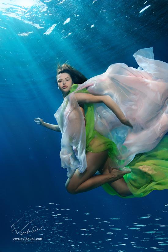 Underwater beauty fashion model by Vitaliy Sokol