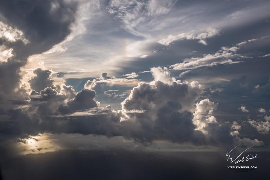 Мальдивы, утренний рейс, вид облаков из иллюминатора самолёта