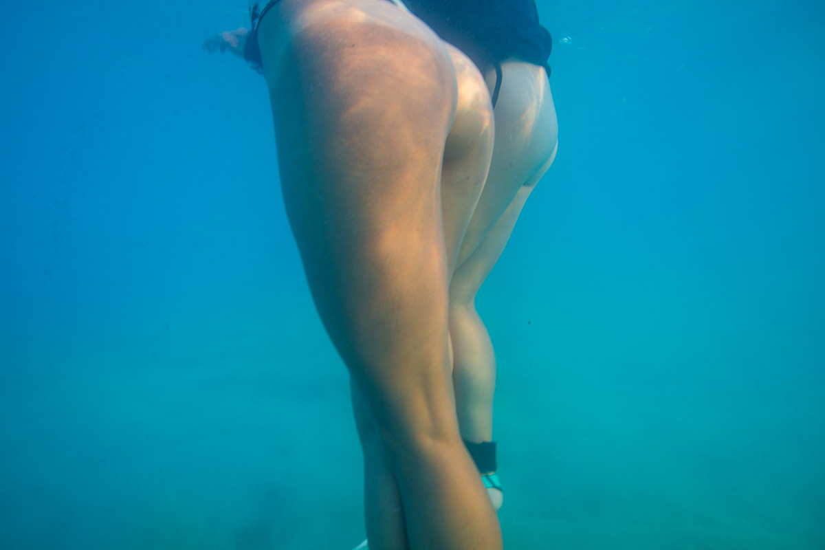 Two models naked ass underwater