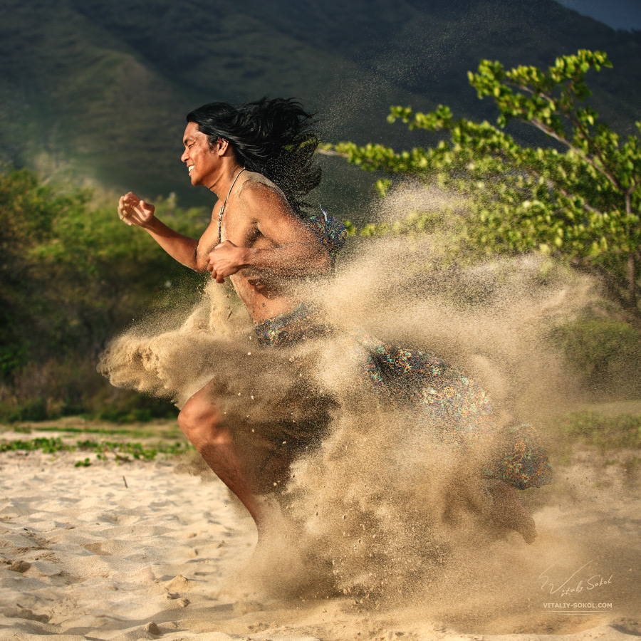 Бегущий через песок индеец