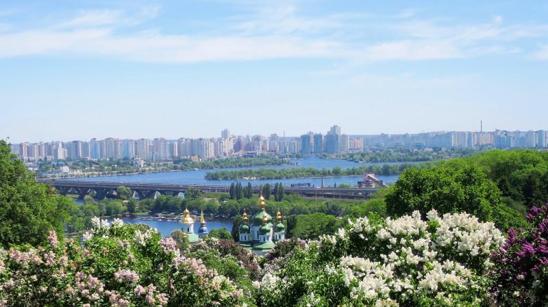 Вид на монастырь и Днепр из ботанического сада.