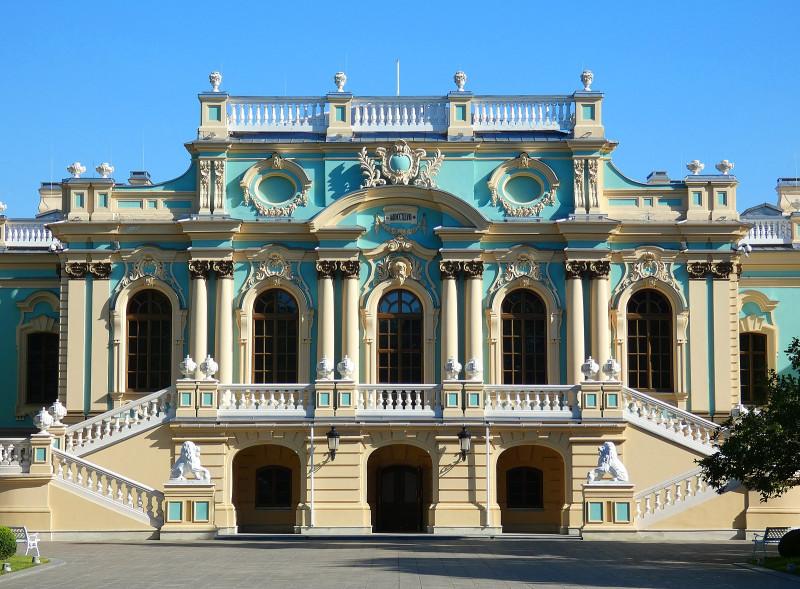 Дворец в Царском саду был заложен по заказу императрицы Елизаветы Петровны в 1744 году. Проект в стиле барокко был разработан её придворным архитектором Бартоломео Растрелли. Под руководством москвича Ивана Мичурина, а также группы других архитекторов дворец был возведён к 1752 году.