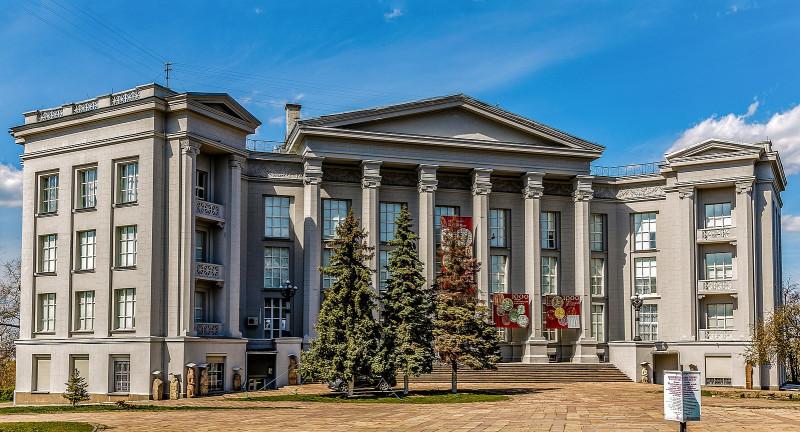 Здание музея, получившее статус памятника архитектуры, сооружено в 1937—1939 гг. по проекту архитектора И. Ю. Каракиса и первоначально предназначалось для первой во всей Украинской Республике художественной школы. Стиль неоклассика.