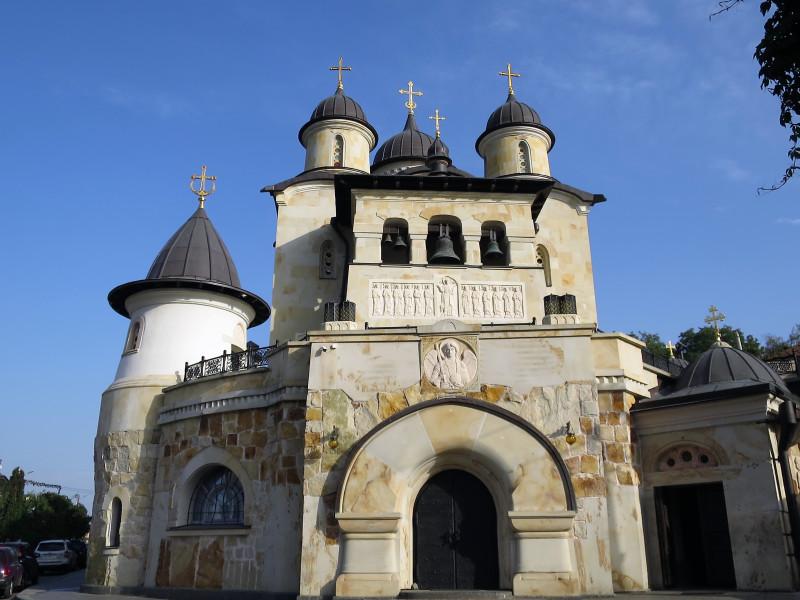 Соборный храм во имя иконы Божией Матери и входные ворота.