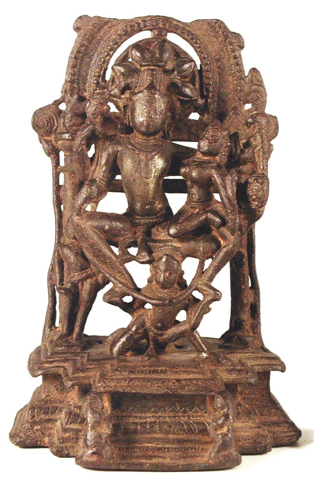 Скульптурная группа  Вишну с Лакшми на Гаруде.  13-14 век, медный сплав.  (Лакшми трогательно сидит на колене у своего мужа Вишну и является, согласно с индуистскими верованиями, его шакти, или энергией, реализует его творческую силу. Гаруда - мифический царь птиц в индуистской и в буддийской традиции, получеловек и полуптица. В индуизме ездовая птица солнечной природы (вахана) бога Вишну. )