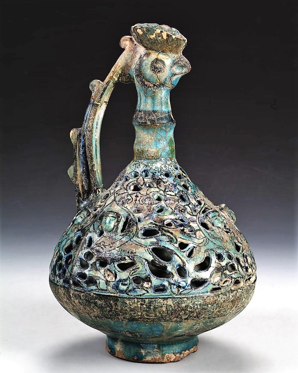 Кувшин с двойной стенкой. Начало 13 века. Кашан, Иран.  Фаянс, прозрачная бирюзовая полива; перфорация, подглазурная роспись
