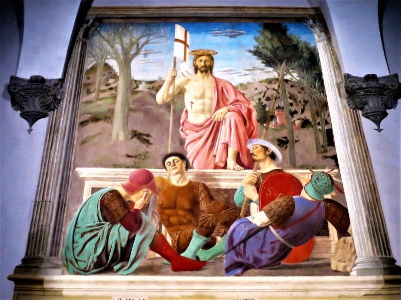 Отсутствие описания в Евангелии сцены Воскресения даёт художникам полную свободу в её интерпретации. Версия Пьеро делла Франческо статична. Иисус представлен ещё не освобождённым от «земной, физической телесности». Он стоит в центре композиции в розовой тоге, не скрывающей раны, со знаменем — символом Воскресения. Его «атлетическая» (по определению О. Хаксли), неподвижная фигура доминирует над четырьмя спящими солдатами, их глубокий сон — это сон человеческого духа, которого не коснулось божественное озарение. Пейзаж за спиной Христа символически разделён на две части: слева — зимние чёрные ветви, голая земля, справа — весенние деревья, покрытые листвой, трава. Это напоминание о спасении и новой жизни, начинающейся с Воскресением Иисуса.