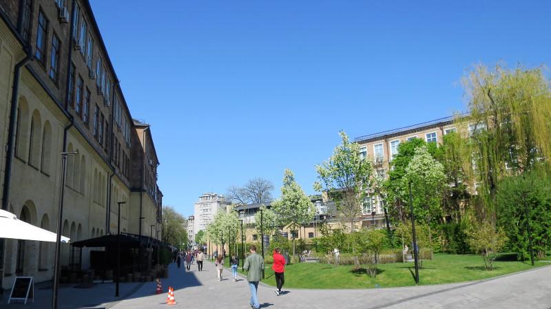 Сквер  и заведения общепита внутри нового городского пространства