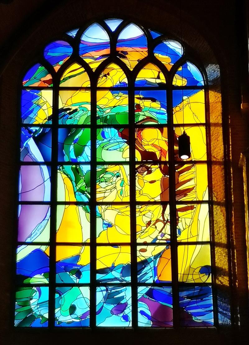 Витраж в Oude Kerk  в Делфте. Нидерланды. 2006 г., Annemick Punt. Фото Т. Княжицкой, 2019