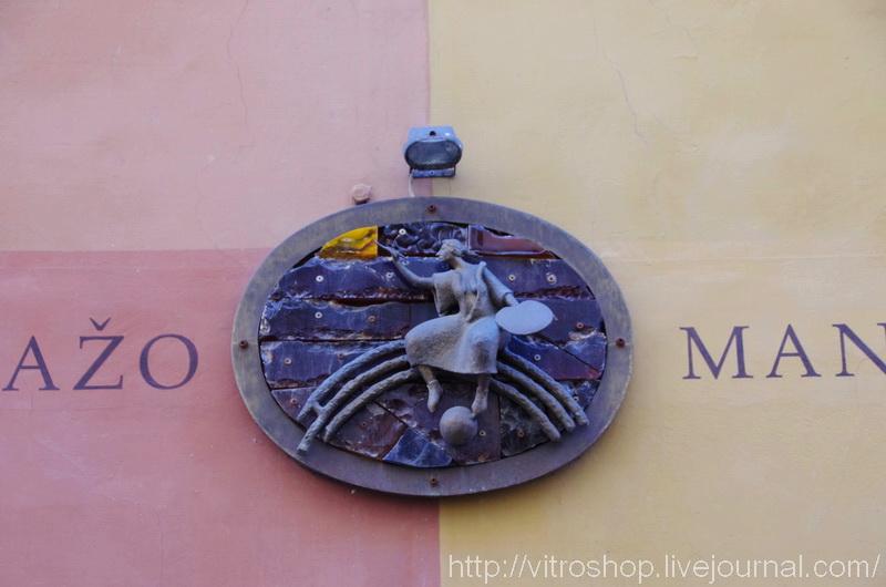 Эмблема витражной мануфактуры в Вильнюсе. Литва.