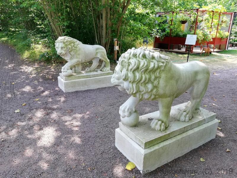 Скульптура со львами на территории королевской резиденции Солиденс, Швеция. Фото 2019