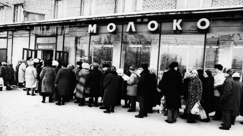 Вот так стояли за сметаной, молоком, кефиром. Часто продажа шла из окна, с порога / Фото: rusmi.su