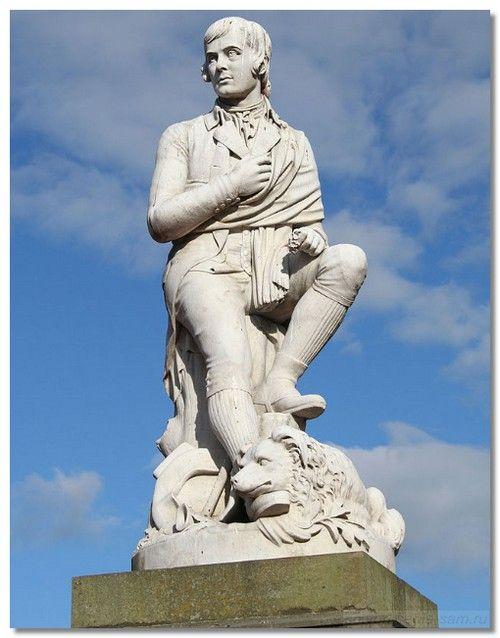 """Памятник Р.Бёрнсу с его любимой собакой Луат, убитой неизвестным. Ей он посвятил стихотворение """"Две собаки"""". Памятник стоит в центре города.Дамфрис"""