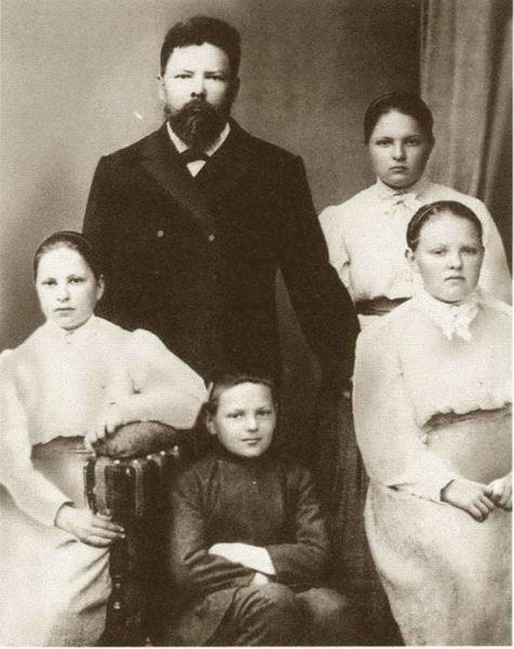 Жданов с отцом и сестрами.