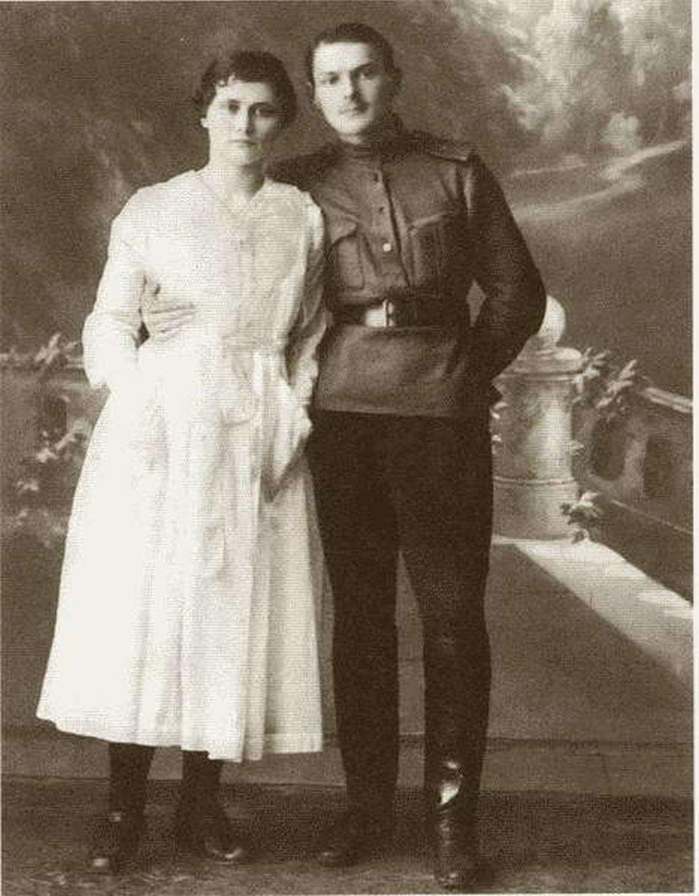 Прапорщик Жданов с женой.