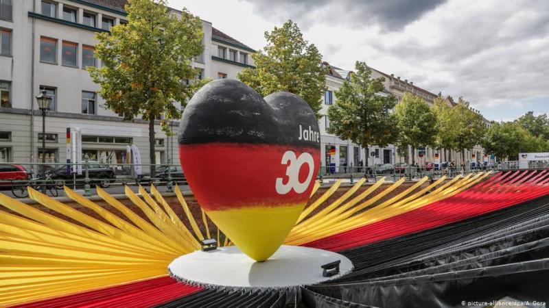 Скульптура, установленная в Потсдаме к 30-й годовщине воссоединения Германии