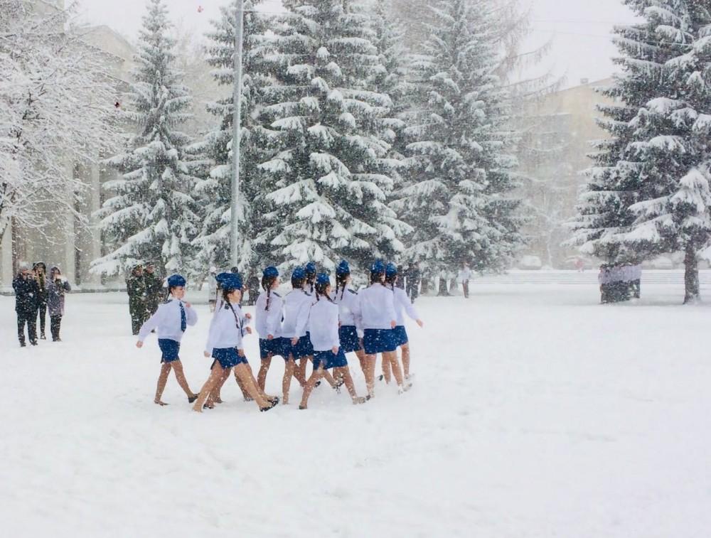 По снегу в юбках и балетках