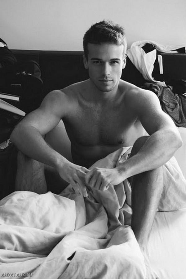 Красивый-голый-парень-в-кровати.