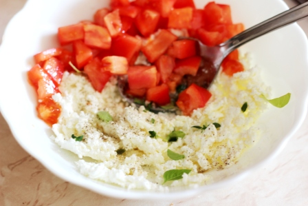 Бутерброд с творогом, помидором и свежей зеленью (3)