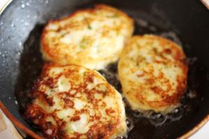 Оладьи из картофеля с солеными груздями (6)