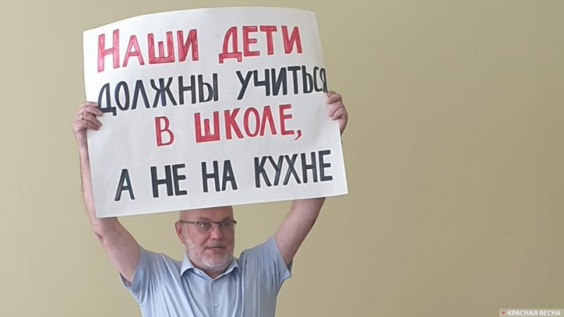 Министр образования Астраханской области Виталий Гутман с плакатом