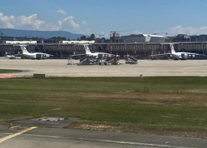 Военно-транспортные самолёты Ил-76 224-го летного отряда Минобороны России в аэропорту Женевы, на борту которых прибыла передовая группа российской стороны саммита Путин-Байден.