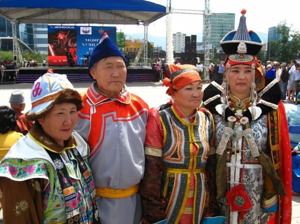 Фолк-коллектив на площаде перед сценой