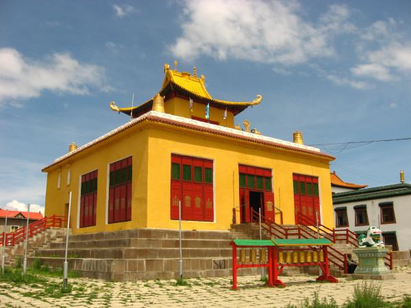 Рядом -храм поменьше