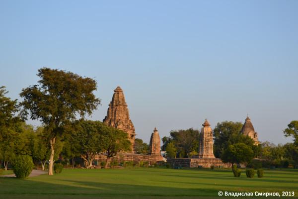 Индусы немного подпортили общую картину, вырубив почти все деревья вокруг храмов и засадив газоны зеленой травкой