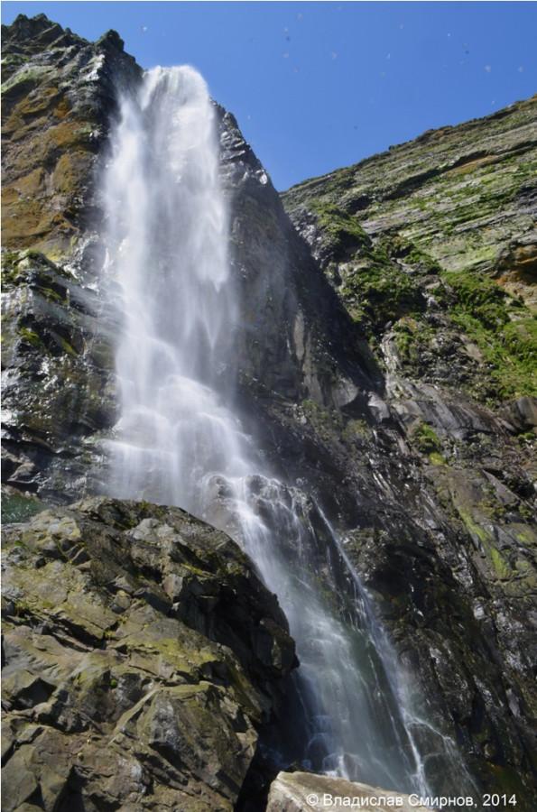 От мыса Толстого в Бухту Перегрёбную идешь вдоль таких вот красавцев-водопадов