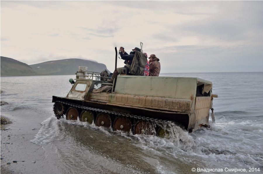 А вот и вездеход. На обратном пути начался прилив и пришлось проходить некоторые участки по воде.
