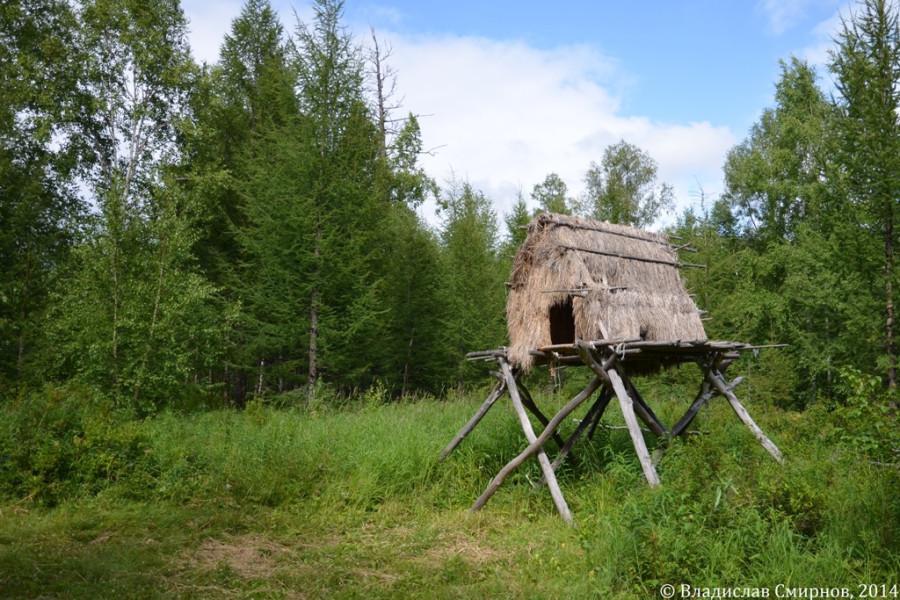 В таком временном жилище эвенам никакой медведь не страшен. Самое то для рыбаков и охотников.