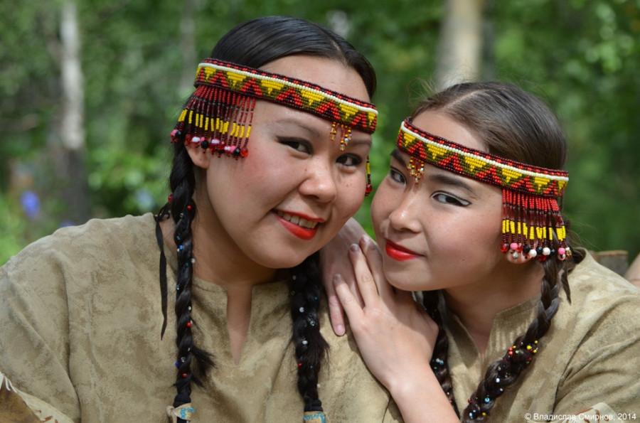 Эвенки в национальных костюмах