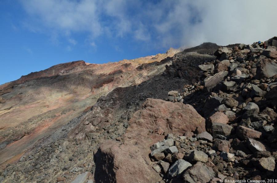 Сам вулкан – весьма сыпуч, камни так и катятся из-под ног